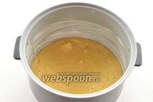 Чашу мультиварки (у меня мультиварка Polaris) смазать маслом и выложить тесто.