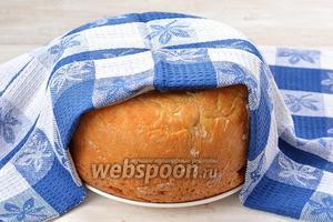 Готовый хлеб вытянуть и накрыть полотенцем до остывания.