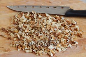 Прежде всего, ножом порубим орехи. Мне нравится, когда в готовом безе чувствуются кусочки.