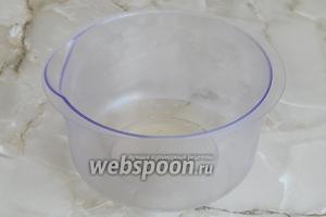 Берем посуду для взбивания белков, которые предварительно поставим охлаждаться. Ёмкость должна быть чистой и сухой.