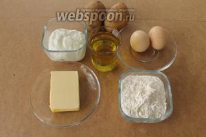 Для бездрожжевых пирожков понадобятся: сливочное масло, растительное масло, мука, разрыхлитель, яйца, натуральный йогурт (я взяла катык), а для начинки — картофель и специи по вкусу.