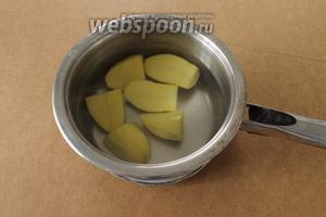 Сначала отварить картофель для начинки.