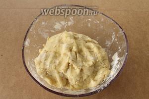 Замесить мягкое, пластичное, не прилипающее к рукам тесто. В процессе замеса постепенно подсыпать оставшуюся муку, её может понадобится чуть меньше или больше, всё зависит от величины яиц, жирности йогурта, влажности муки... Помните, что тесто не должно быть крутым и его нельзя долго замешивать и забивать! Это же не дрожжевое тесто! Тесто положить в холодильник на 30 минут для охлаждения.