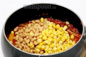 С фасоли и кукурузы слить жидкость, отправить к мясу с овощами, перемешать и прогреть 3 минуты. В общей сложности мясо тушится с овощами 30 минут.