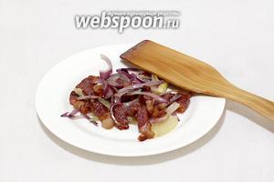Обжарить бекон в растительном масле, добавить часть лука, слегка притомить и снять со сковороды.