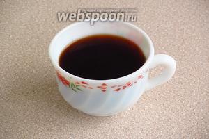 В кофейник налить холодную воду, засыпать кофе и довести почти до кипения. Как только поднимется пена, кофейник сразу же снять с огня и оставить на некоторое время, чтобы осела гуща, а затем кофе процедить, стараясь не затронуть осадок, и охладить.