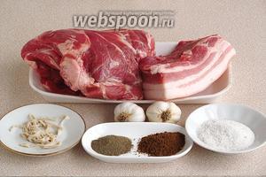 Для приготовления колбасы нужно взять свиную шею, свежую свиную грудинку, чеснок, тмин молотый, перец чёрный молотый, кишки (черева) и соль крупнокристаллическую.