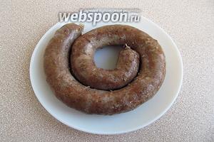 Колбаски наколоть иголкой в нескольких местах, чтобы не лопнули в процессе варки,  и отварить в подсоленной воде в течение 25–35 минут.