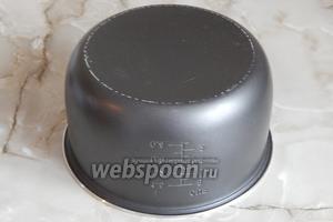 Переворачиваем пирог, снова кладём его на вставку бледной стороной вверх и накрываем чашей.