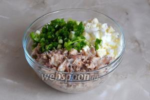 Перекладываем яйца с луком к рыбе. Перемешиваем. Солить не надо, так как рыба и так достаточно солёная.