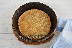 Разогреть сковороду, смазав её один раз растительным маслом. Налить немного теста и круговым движением от себя к себе, распределить его равномерно по сковороде. Обжарить до золотистого цвета с одной стороны.