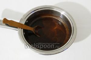 Шоколад растапливаем на слабом огне вместе со сливочным маслом, постоянно помешивая шоколадную массу, и отставляем в сторону.