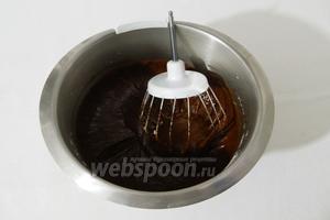 Муку просеиваем с разрыхлителем и вводим в тесто, добавляем соль.