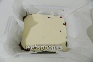 Форму для выпечки выстилаем пергаментной бумагой, смазываем её сливочным маслом и слоями поочередно выливаем шоколадное и творожное тесто. Каждый слой пересыпаем ягодами красной смородины.