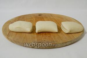 Отдохнувшее тесто делим на части, скатываем в колбаску и делим на небольшие кусочки.