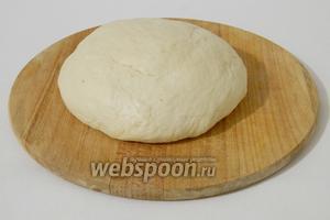 Готовое тесто хорошенько вымешиваем руками, подсыпая муку по мере необходимости. Накрываем и оставляем минут на 20 отдохнуть.