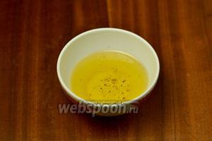Готовим заправку из рыжикового масла, которое придаст лёгкий горчичный привкус, с лимонным соком, солью и перцем.