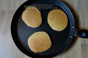 Обжариваем с двух сторон на хорошо разогретой сковороде. Выкладываем тесто ложкой, панкейки получаются немного пышными и хорошо пузырятся.