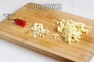 Для соуса имбирь нарезать соломкой, чеснок измельчить, перец чили можно оставить целым или разрезать пополам.