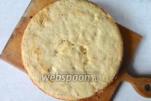Форму смазываем маслом, выливаем тесто. Выпекаем в разогретой духовке при температуре 200°C. В течении 40-50 минут.