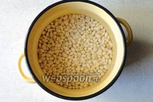 Белую фасоль перебрать помыть, а затем отварить в большом количестве воды до полной готовности.