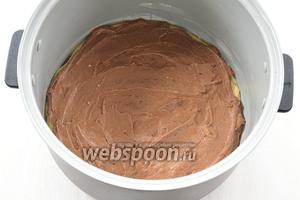 На ванильное тесто распределить шоколадное тесто.
