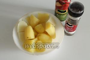 Отварить картофель, затем сделать пюре, добавив соль, красный молотый и чёрный перцы.