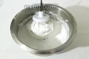 Взбиваем белки со щепоткой соли в крепкую пену.
