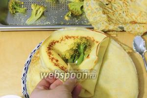 Сразу кладём горячую брокколи на сыр и заворачиваем конвертом. Сервируем порционно.