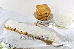 На каждое печенье выложить по столовой ложке творожной массы. Разровнять ножом.