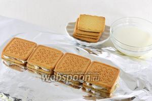 Сверху творожную массу накрыть вторым слоем печенья, также обмакнутого в молоке.
