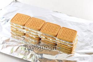 Аналогичным образом выложить 4 слоя печенья и творожной массы.