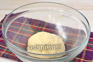 Замесить тесто. Накрыть тесто полотенцем и оставить на 30 минут.