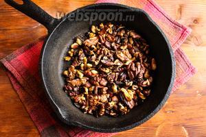 Орехи очистите от скорлупы и поджарьте на сковороде или в духовке. Затем порубите орехи ножом.
