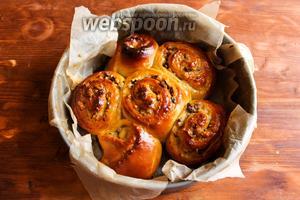 Выпекайте булочки в течение 35-40 минут до появления золотистого румянца. Готовые булочки отставьте в сторону и дайте им немного остыть.