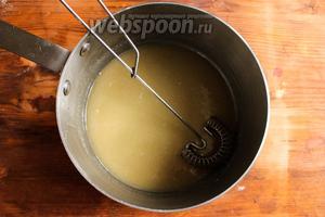 Смешайте с молочной смесью сметану и сухие дрожжи. Помешивайте смесь пока дрожжи полностью не растворятся в жидкости. Очень важно, чтобы температура жидкости не превышала 40°C, иначе дрожжи не сработают.