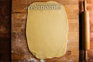Далее раскатайте тесто в прямоугольник размером примерно 40 на 30 см.