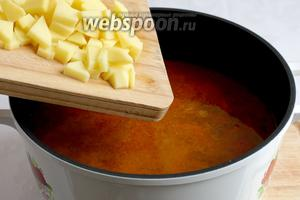 И картофель. Так как, в кислой среде картофель варится дольше, то не нужно волноваться, что он разварится. Всё вместе варить до готовности маша, минут 30. Зёрнышки маша должны начать лопаться, значит они готовы. Посолите суп по вкусу и добавьте зиру, растерев её в ладонях.