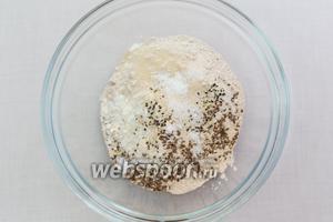 Смешаем в миске сухие ингредиенты: 2 вида муки, соль, сахар, дрожжи, семена льна и кунжут.