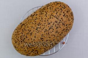 Хлеб готов! Вот такой получился загорелый красавец! А какой запах стоит в квартире — потрясающе! Остужаем на решётке. Что может быть лучше домашнего хлеба! Приятного аппетита!
