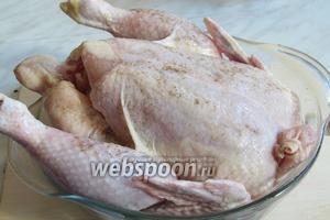 Курицу промыть, обсушить полотенцем, натереть солью и перцем с двух сторон, перец ещё понадобится, поэтому используем только 0,5 чайной ложки.