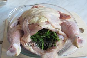 Отделяем шкурку с грудки курицы и большую часть смеси кладём туда и снаружи разгоняем её пальцами под кожей, на всю грудку.