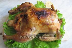 Достать курицу из духовки, переложить на блюдо для подачи, если готовить с овощами, то курицу нужно положить на запечённые овощи, либо на листья салата, выжать сверху сок оставшегося лимона и дать постоять 10 минут при комнатной температуре. Курица запечённая с лимоном, чесноком и травами готова. Приятного аппетита!