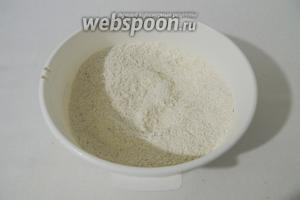Муку просеиваем с содой и разрыхлителем, перемешиваем с миндальной крошкой или миндальной мукой.