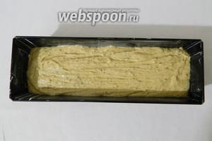 Форму для выпечки кексов смазываем сливочным маслом и высыпаем в неё тесто. Постукиваем формой о рабочую поверхность для равномерного распределения теста.