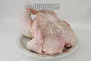 Подготавливаем курицу. Для этого натираем сливочным маслом, солим и перчим. Связываем ножки, крылышки прикрепляем шпажками к грудинке.