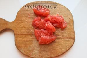 1/2 грейпфрута очищаем от кожицы и плёнок, нарезаем.