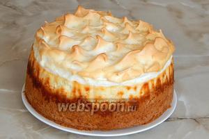Посмотрите на этой чудо: пока торт остывал, на поверхности суфле образовались капельки карамели. А если поставить торт на холод, их станет ещё больше и они будут ещё заметнее. Просто фантастический рецепт и вкуснейший торт!