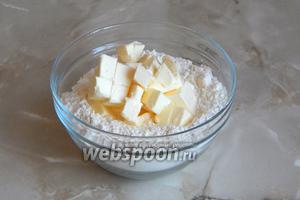 Охлаждённое сливочное масло нарезаем кубиками и добавляем в муку.