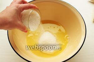 Для паровой бани: в кастрюлю налить воды, довести до кипения, убавить огонь до минимума. Белок смешать с сахаром (мелким).